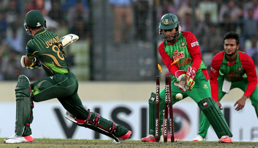 Junaid Khan was bowled by Arafat Sunny for 4, Bangladesh v Pakistan, 3rd ODI, Mirpur